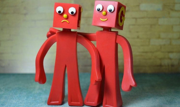 Zwei Figuren, die sich unterstützen